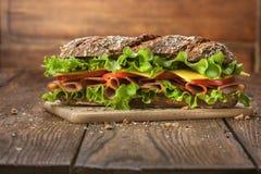 Сандвич на деревянном столе Стоковые Фотографии RF