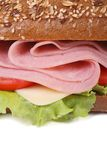 Сандвич при ветчина и овощи, брызгая изолированный сезам Стоковая Фотография