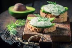 Сандвич с авокадоом, укроп и tzatziki sauce стоковые изображения rf