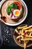 Сандвич с зажаренными картошками Стоковые Изображения