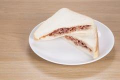 Сандвич с мясом на плите Стоковое Изображение