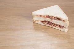 Сандвич с мясом на таблице Стоковые Изображения RF