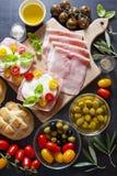Сандвич с оливками ветчины, томатов вишни, зеленых и черных, basi Стоковое Фото