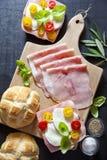 Сандвич с оливками ветчины, томатов вишни, зеленых и черных, basi Стоковое Изображение RF
