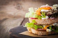 Сандвич с салатом, овощем и яичками горизонтальными Стоковое Фото