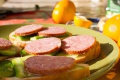 Сандвич с сосиской и огурцом Стоковые Фотографии RF