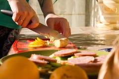 Сандвич с сосиской и огурцом Стоковые Изображения RF