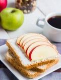 Сандвич с сыром творога, яблоком, медом и высушенными плодоовощами, кофе Стоковое фото RF