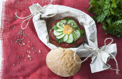 Сандвич с томатом и огурцом, едой vegan, блюдами свежих овощей Стоковые Изображения