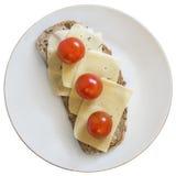 Сандвич с томатом сыра и вишни на белой изолированной плите Стоковое фото RF