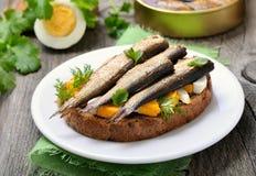 Сандвич с шпротинами и яичком на деревянном столе Стоковые Фото