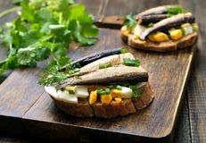 Сандвич с шпротинами, яичком и зеленым луком Стоковое фото RF