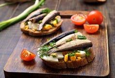 Сандвич с шпротинами, яичком и зеленым луком Стоковое Изображение RF