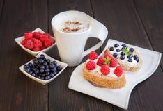 Сандвич с ягодами и сливк Стоковое Фото