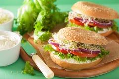 Сандвич томата на бейгл с альфальфой салата лука плавленого сыра Стоковые Изображения