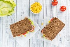 Сандвич тунца с хлебом wholemeal & x28; селективное focus& x29; Стоковое Изображение RF
