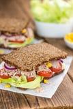 Сандвич тунца с хлебом wholemeal & x28; селективное focus& x29; Стоковые Фотографии RF