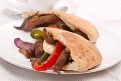 Сандвич хлеба пита с мясом и овощами Стоковая Фотография RF