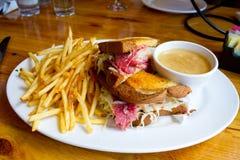 Сандвич Reuben на Pub Стоковое Изображение RF