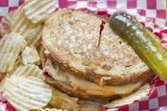 Сандвич Reuben стиля деликатеса Стоковая Фотография