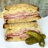 Сандвич Reuben с соленьем укропа Стоковые Фотографии RF