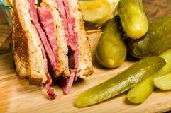 Сандвич Reuben с соленьями укропа Стоковая Фотография