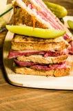 Сандвич Reuben с соленьями укропа Стоковое Фото