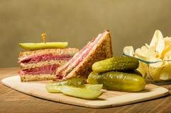 Сандвич Reuben с соленьями укропа Стоковое фото RF