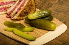 Сандвич Reuben с соленьями укропа Стоковые Изображения