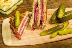 Сандвич Reuben с соленьями укропа Стоковые Изображения RF
