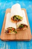 Сандвич Shawarma - свежий крен тонкого хлеба пита lavash заполнил с зажаренным мясом Стоковая Фотография RF