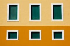 Сан Жуан - зодчество 6 окон карибское покрашенное Стоковое Изображение