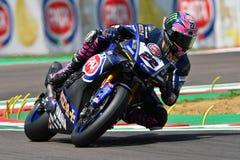 Сан-Марино Италия - 11-ое мая 2018: Команда WorldSBK должностного лица Алекса Lowes GBR Yamaha YZF R1 Pata Yamaha, в действии Стоковое Изображение