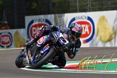 Сан-Марино Италия - 11-ое мая 2018: Команда WorldSBK должностного лица Алекса Lowes GBR Yamaha YZF R1 Pata Yamaha, в действии Стоковые Фото