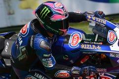 Сан-Марино Италия - 11-ое мая 2018: Команда WorldSBK должностного лица Алекса Lowes GBR Yamaha YZF R1 Pata Yamaha, в действии Стоковые Изображения