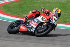 Сан-Марино, Италия - 12-ое мая 2017: Гоночная команда Ducati Panigale r BARNI передних частей Xavi ESP в действии Стоковое Изображение