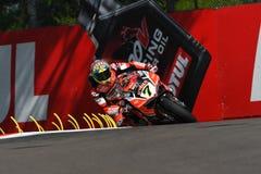 Сан-Марино, Италия - 12-ое мая 2017: Ducati Panigale r Аруба оно команда гонок-Ducati SBK, управляемая DAVIES Chaz в действии во  Стоковое Фото