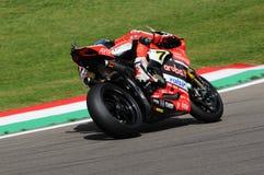 Сан-Марино, Италия - 12-ое мая 2017: Ducati Panigale r Аруба оно команда гонок-Ducati SBK, управляемая DAVIES Chaz в действии во  Стоковое Изображение RF