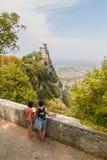 Сан-Марино, Сан-Марино - 10-ое июля 2017: Притяжка художников от природы замок Стоковое Изображение