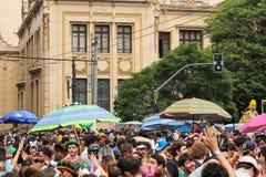 Сан-Паулу, Бразилия - 20-ое октября 2017 Толпа студентов колледжа принимает к улицам города стоковое фото rf