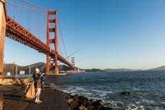 САН-ФРАНЦИСКО, †«12-ОЕ ОКТЯБРЯ 2018 США: Рыболов с мостом золотых ворот на заднем плане на этап форта стоковое фото rf