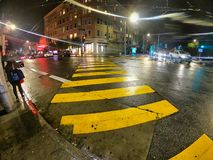Сан-Франциско, Калифорния, США, 05/03/2019 желтых линий для скрещивания пешеходов улица стоковые фото