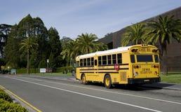 САН-ФРАНЦИСКО - 20-ОЕ АПРЕЛЯ 2017: Желтый школьный автобус бечевника унифицировал школьный район, Калифорнию, 2017 Стоковые Изображения