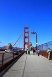 Туристы на мосте золотистого строба Стоковые Фотографии RF