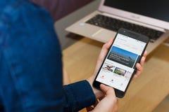САН-ФРАНЦИСКО, США - 22-ое апреля 2019: Конец до женских рук держа смартфон используя применение экспедиций Google, ища стоковые фотографии rf