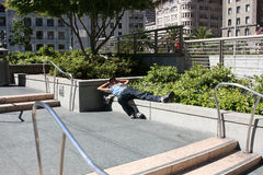 Сан-Франциско, США - 11-ое июня 2010 Бездомный философ отдыхая в солнце Бездомные как на улице Стоковые Фотографии RF
