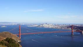 САН-ФРАНЦИСКО, США - 4-ое октября 2014: Мост золотого строба с городом SF на заднем плане, увиденный от Headlands Marin Стоковое Фото