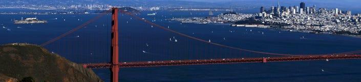 САН-ФРАНЦИСКО, США - 4-ое октября 2014: Мост золотого строба с городом SF на заднем плане, увиденный от Headlands Marin Стоковое Изображение