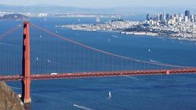 САН-ФРАНЦИСКО, США - 4-ое октября 2014: Мост золотого строба с городом SF на заднем плане, увиденный от Headlands Marin Стоковые Фото