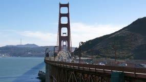 САН-ФРАНЦИСКО, США - 4-ое октября 2014: Мост золотого строба с городом SF на заднем плане, увиденный от Headlands Marin Стоковое Изображение RF